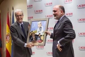 """El presidente del Tribunal Constitucional, Francisco Pérez de los Cobos, entrega el Premio """"Puñetas de Plata"""" al abogado Antonio Garrigues Walker."""