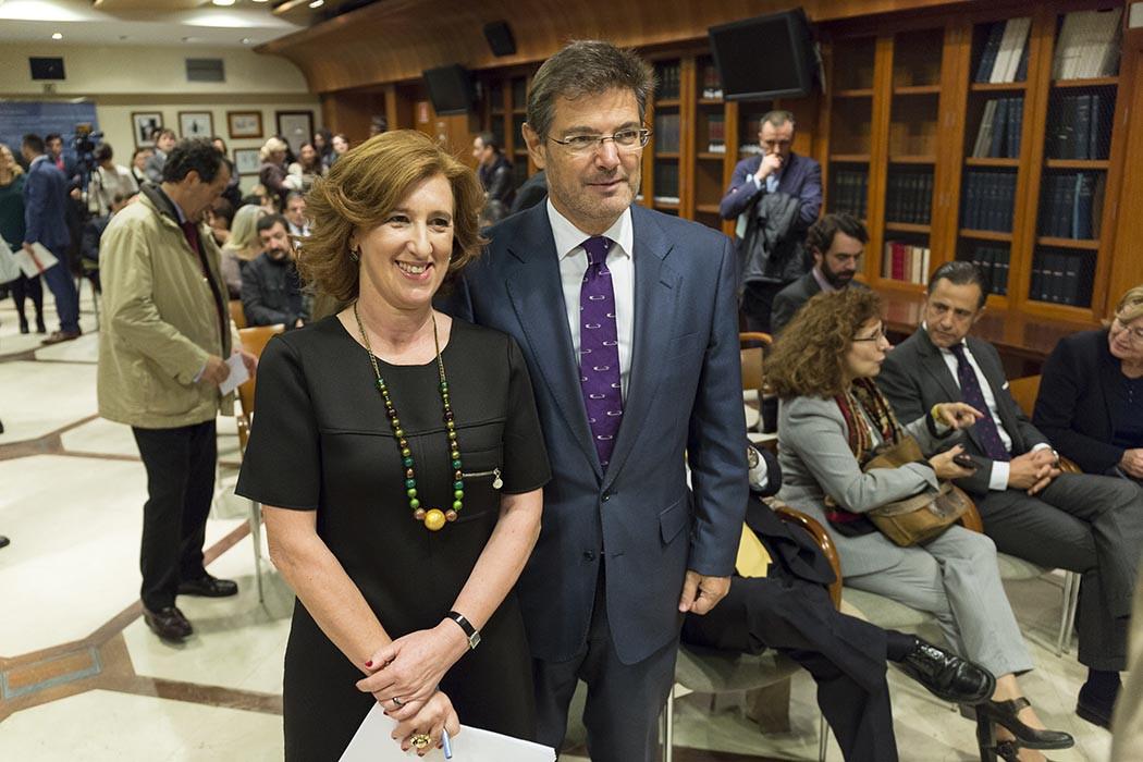 La presidenta de ACIJUR, Patricia Rosety, con el ministro de Justicia, Rafael Catalá