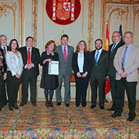 El ministro de Justicia y Patricia Rosety posan con la Junta Directiva de ACIJUR al completo