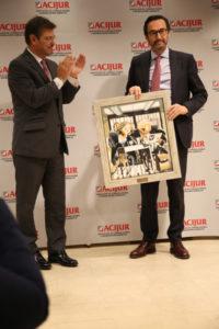 Rafael Catalá entrega el Premio Puñetas de Oro al presidente de la Mutualidad de la Abogacía, Enrique Sanz-Fernández Lomana