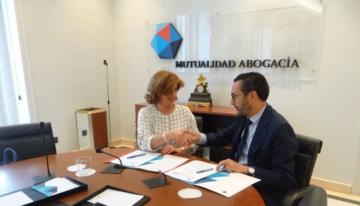 Patricia Rosety, presidenta de ACIJUR, y Enrique Sanz Fernández-Lomana, presidente de la Mutualidad de la Abogacía