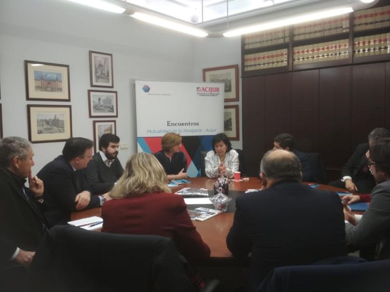 Cristina Dexeus contestando las preguntas de socios de Acijur