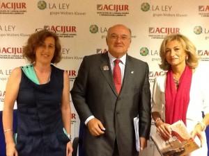Carlos Carnicer, rodeado de Patricia Rosety, presidenta de ACIJUR, y de Rosalina Díaz, presidenta de la Fundación Wolters Kluwer