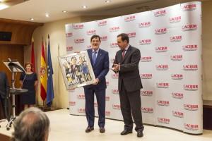 """El presidente del TSJ vasco, Juan Manuel Ibarra, recibe el Premio """"Puñetas Periféricas"""" del presidente de la Audiencia Nacional, José Ramón Navarro."""