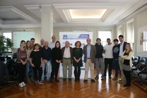 Foto de familia de los ponentes con el moderador y los alumnos