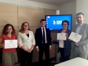 Cristina Pascual, directora del curso, Efrén Santos, ponente de ENATIC y tres de los alumnos del II curso ACIJUR con sus diplomas.