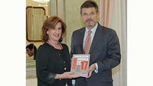 Patricia Rosety, presidenta de ACIJUR, entrega al ministro de Justicia, Rafael Catalá un ejemplar de la Agenda de la Comunicación Jurídica 2017