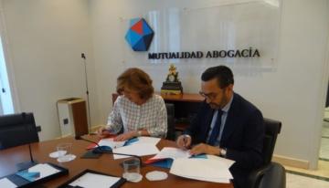 Firma del convenio. Patricia Rosety, presidenta de ACIJUR, y Enrique Sanz Fernández-Lomana, presidente de la Mutualidad de la Abogacía