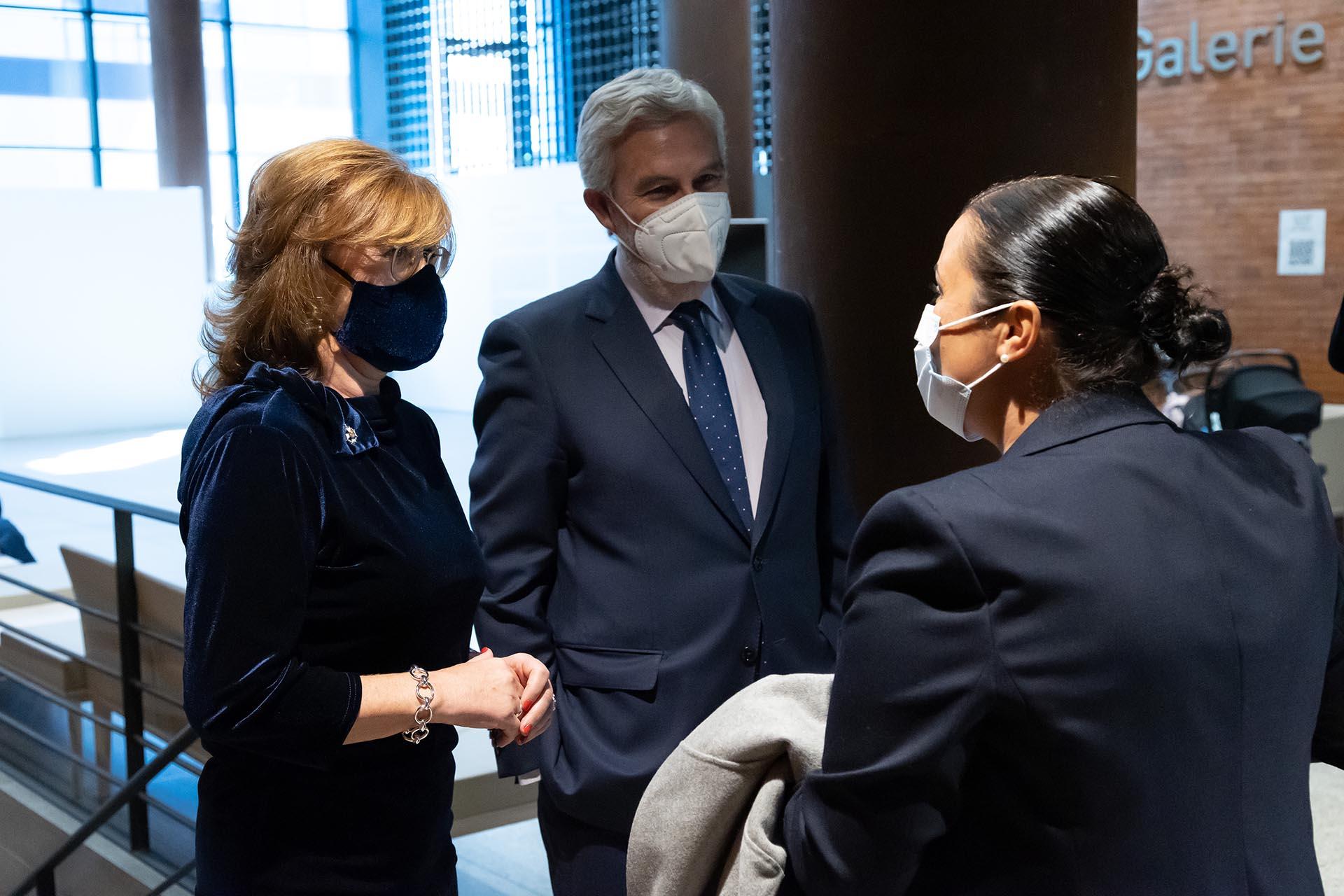 Patricia Rosety y Agustín Zurita, presidenta y vicepresidente de ACIJUR, reciben a Eva González, premio Puñetas de Plata.