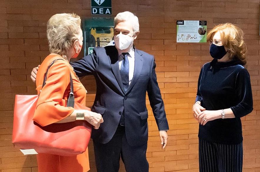 Patricia Rosety y Agustín Zurita, presidenta y vicepresidente de ACIJUR, reciben a María Luisa Segoviano, premio Puñetas de Oro.