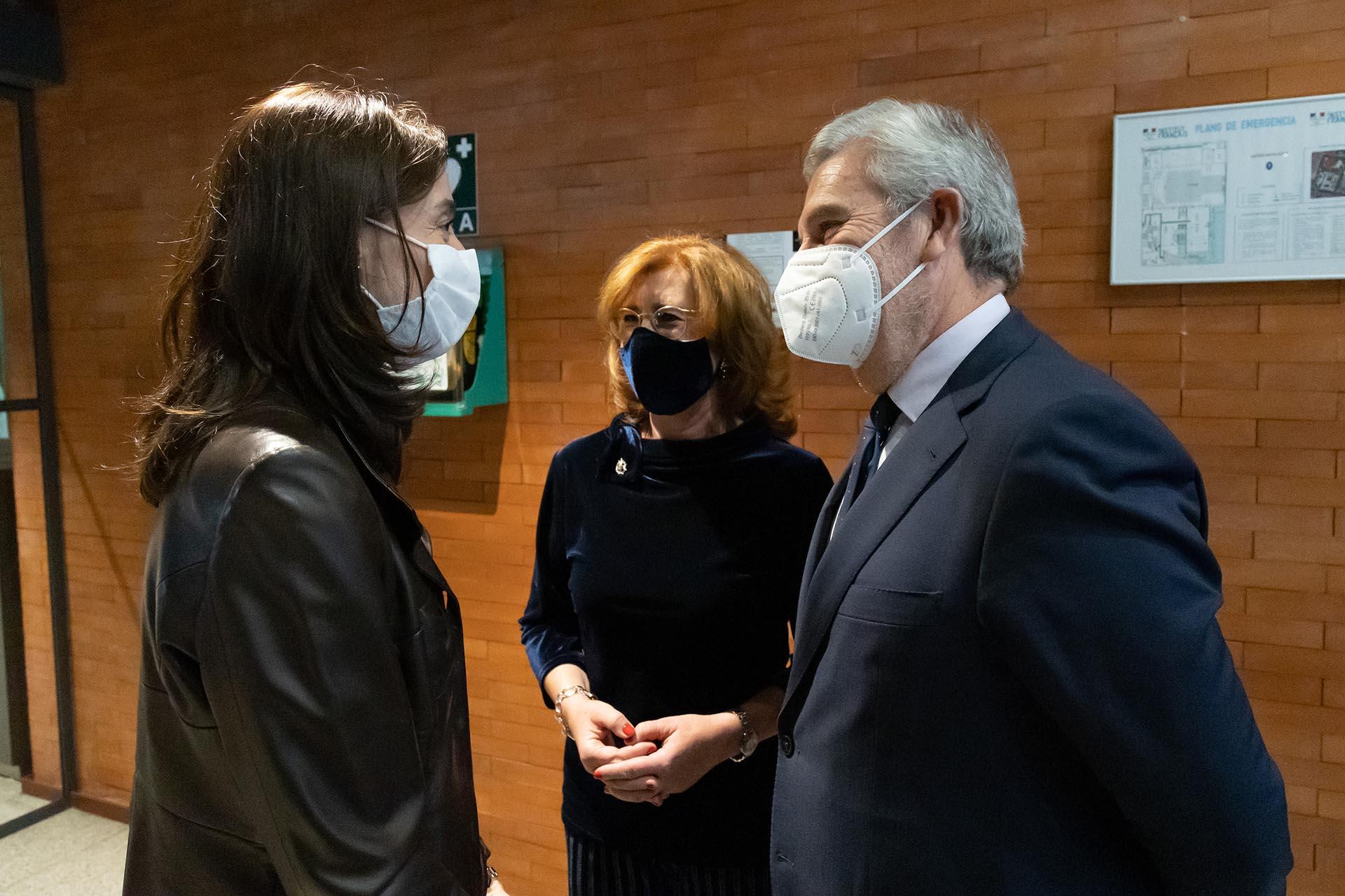 Patricia Rosety y Agustín Zurita, presidenta y vicepresidente de ACIJUR, reciben a la ministra de Justicia Pilar Llop.
