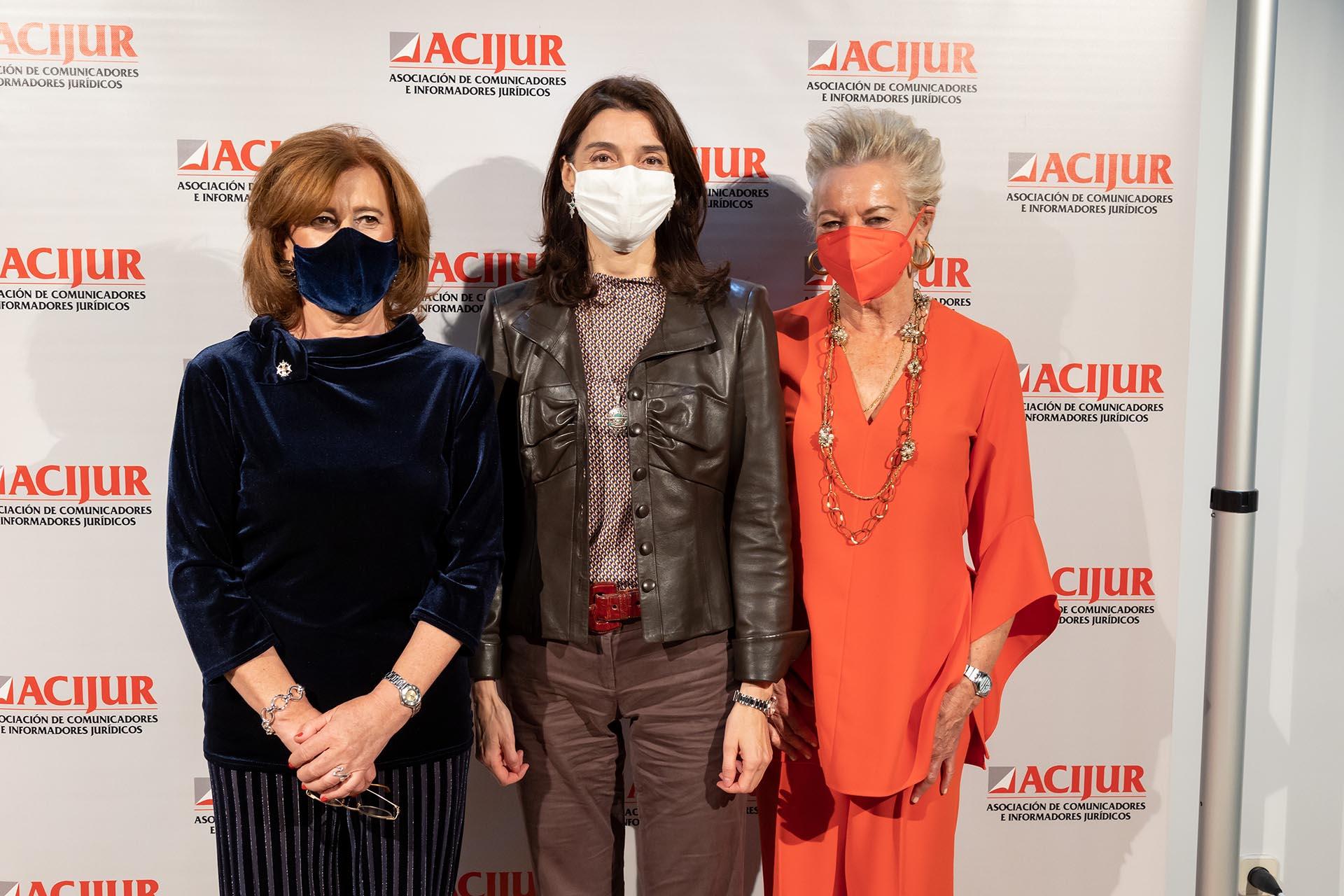 Patricia Rosety, presidenta de ACIJUR, con Pilar Llop, ministra de Justicia, y María Luisa Segoviano, premio Puñetas de Oro.