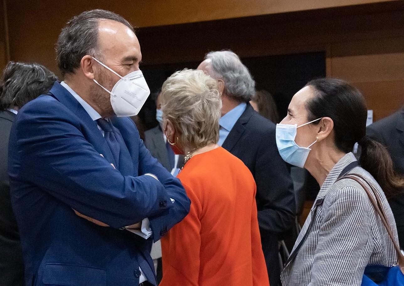 Manuel Marchena, presidente de la Sala Segunda del Tribunal Supremo, y Pilar de la Oliva Marrades, presidenta del Tribunal Superior de Justicia de la Comunidad Valenciana, conversan.