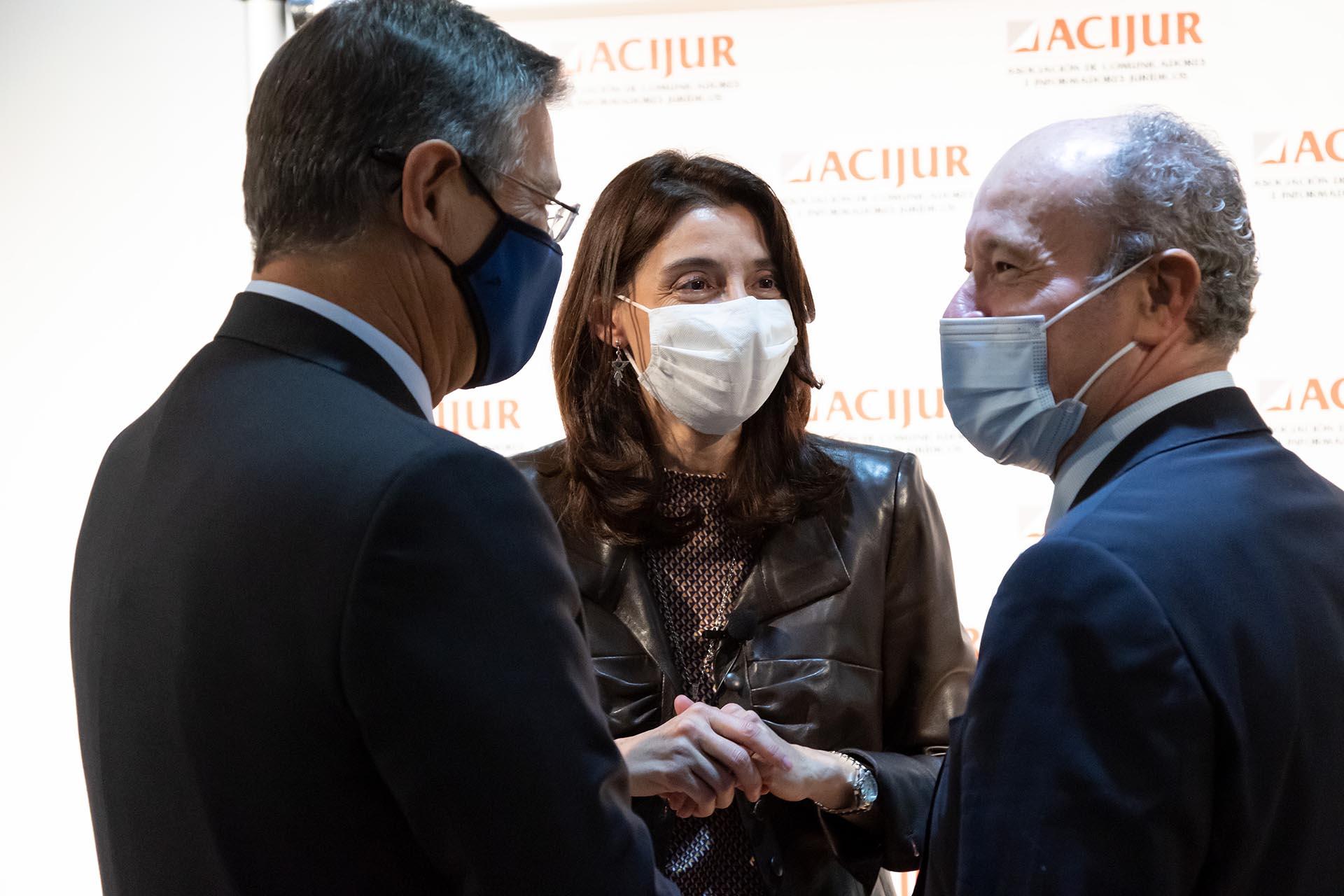 Pilar Llop, ministra de Justicia, y los exministros Juan Carlos Campo y Rafael Catalá, conversan.