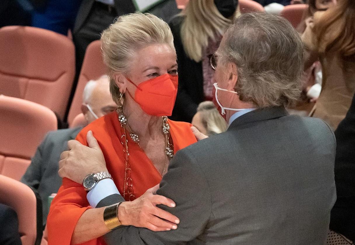 María Luisa Segoviano saluda a José María Alonso, decano del Colegio de Abogados de Madrid.