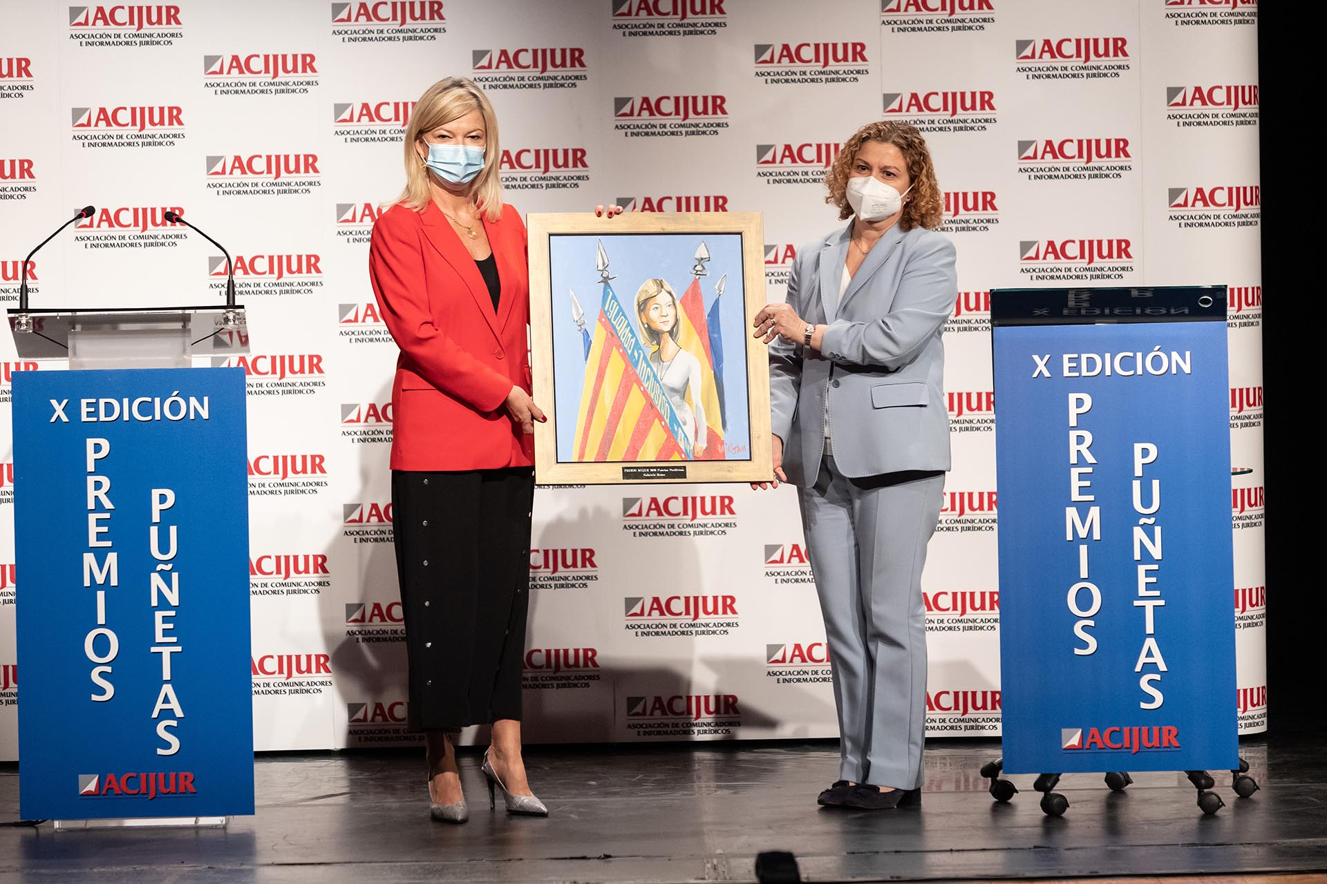 Gabriela Bravo, consejera de Justicia de la Generalitat Valenciana, recoge el premio Puñetas Periféricas de la mano de María Emilia Adán, decana del Colegio de Registradores de España.