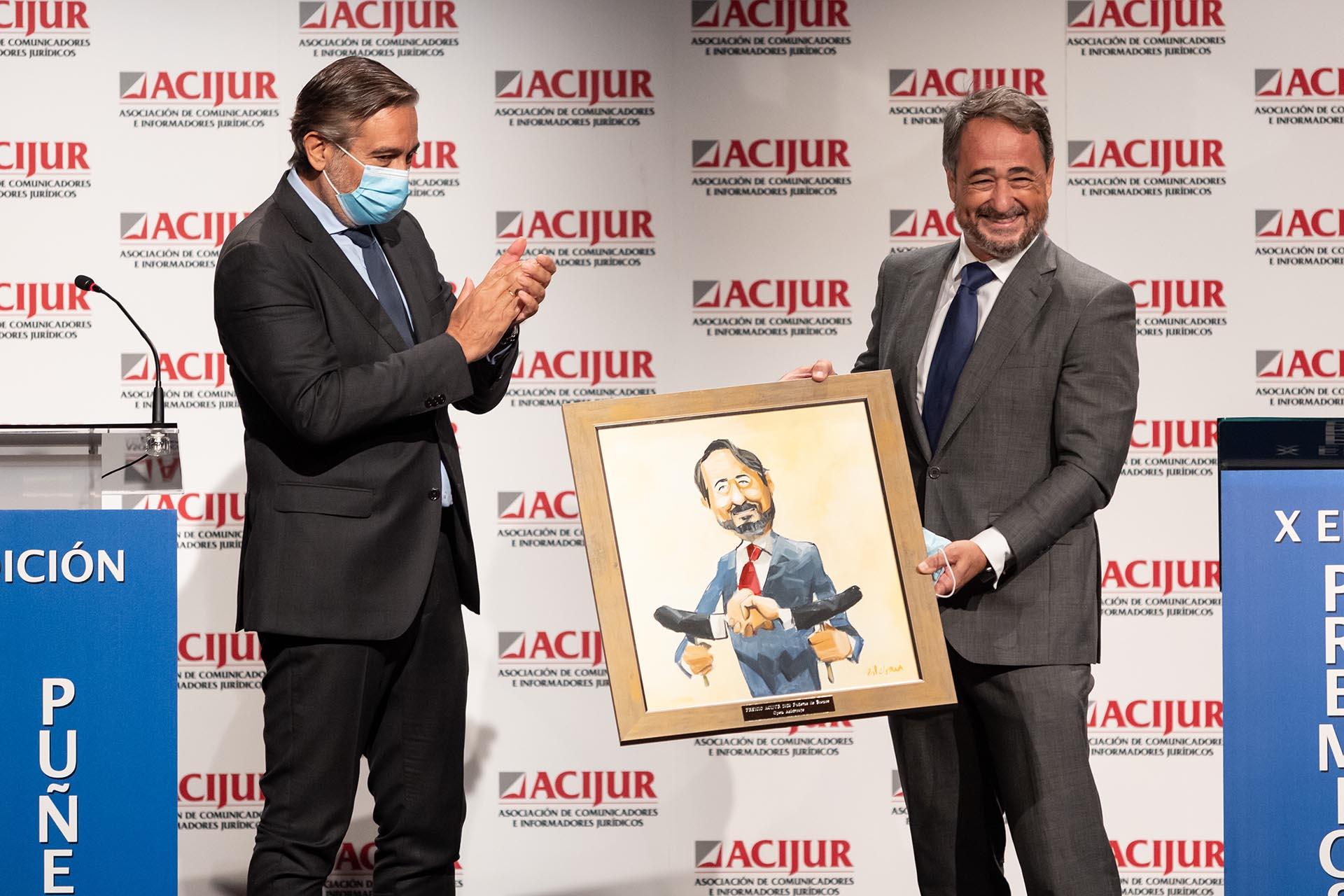 """Javier Íscar, en representación del """"Open Arbitraje"""", recoge el premio Puñetas de Bronce de las manos de Enrique López, consejero de Presidencia, Justicia e Interior de la Comunidad de Madrid."""