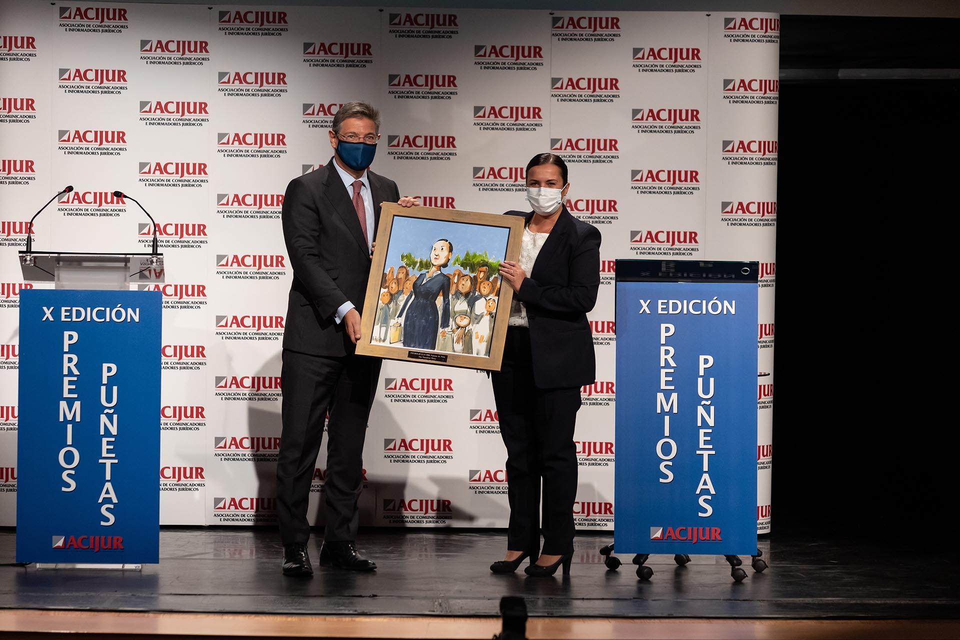 Eva González, abogada, recoge el premio Puñetas de Plata de las manos del exministro de Justicia y socio de honor de ACIJUR Rafael Catalá.