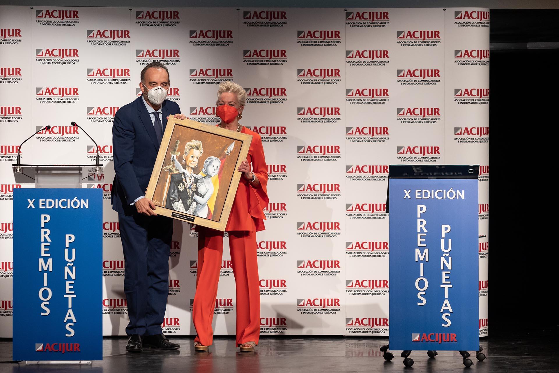 María Luisa Segoviano recoge el premio Puñetas de Oro de las manos de Manuel Marchena, presidente de la Sala Segunda del Tribunal Supremo.