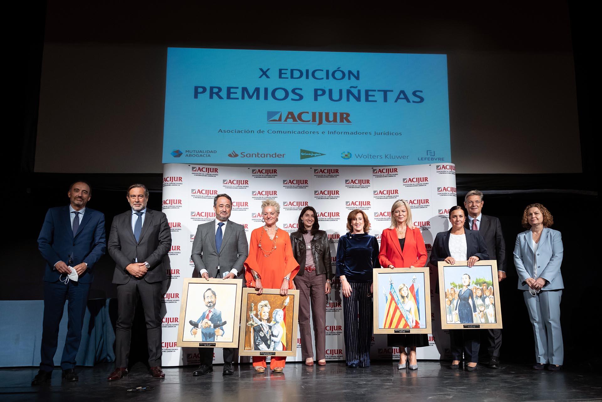 Foto de familia de los premiados y autoridades con Patricia Rosety.